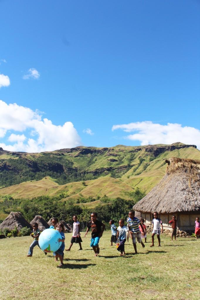 A brincar com outras crianças na aldeia de Navala, Fiji 2 edit