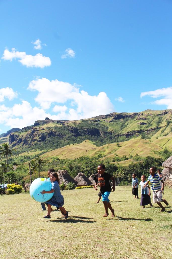 A brincar com outras crianças na aldeia de Navala, Fiji 3 edit