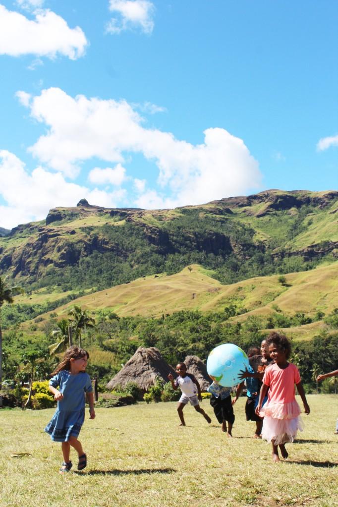 A brincar com outras crianças na aldeia de Navala, Fiji 4 edit